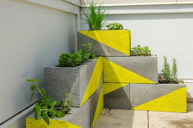 31 clever ways to decorate your outdoor space for Bloque de cemento para jardin
