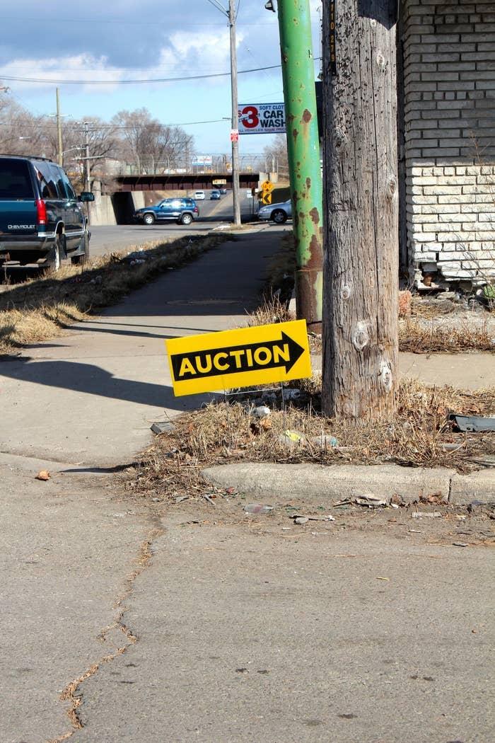 Die größten und bekanntesten Online-Auktionen sind die Wayne County Tax Auction und die Detroit Land Bank Auction.Die Wayne County Tax Auction wird vom Büro des Kämmerers der Wayne County betrieben. Im vergangenen Jahr verkaufte die Agentur mehr als 24.000 Objekte per Zwangsversteigerung. Mindestgebote lagen bei $500.Noch nicht so lange im Geschäft ist die Detroit Land Bank, eine Behörde, die über ihr Auktionsportal täglich drei Immobilien veräußert – für einen Minimalgebot von $1.000 plus Kaufnebenkosten und Grundsteuer für das laufende Jahr.