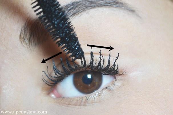 Use o pincel do rímel na vertical para separar os cílios e na horizontal para reforçar a curvatura.