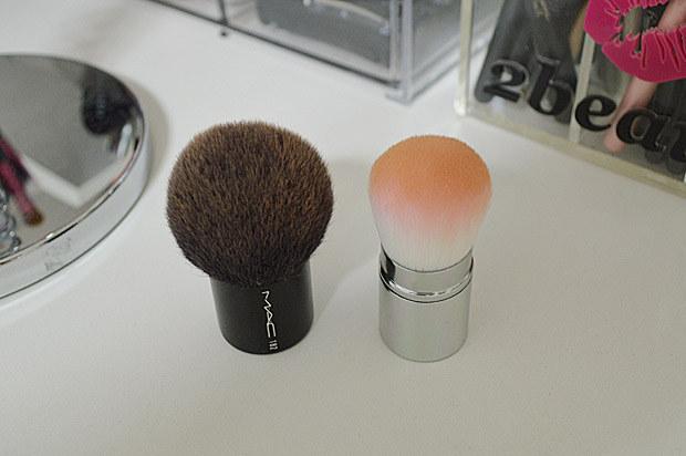 Passe o pincel de base por cima do blush se você exagerou na quantidade de produto.