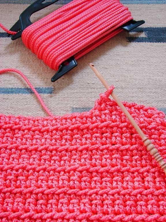 En realidad no hay un patrón para esto, es sólo una puntada de crochet súper básica utilizando un material duradero. Desde aquí .