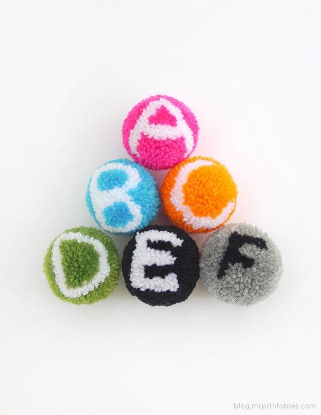 Los niños pequeños pueden jugar con estos en lugar de bloques de alfabeto (son mucho más suaves y mimosos). Completo tutorial en Mr. Printables.