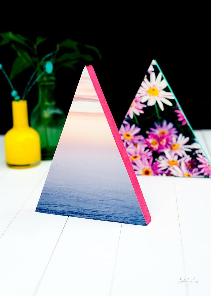 Puede usar triángulos en una variedad de tamaños diferentes y configurarlos como una cordillera. Completo tutorial en Rachael Mary.