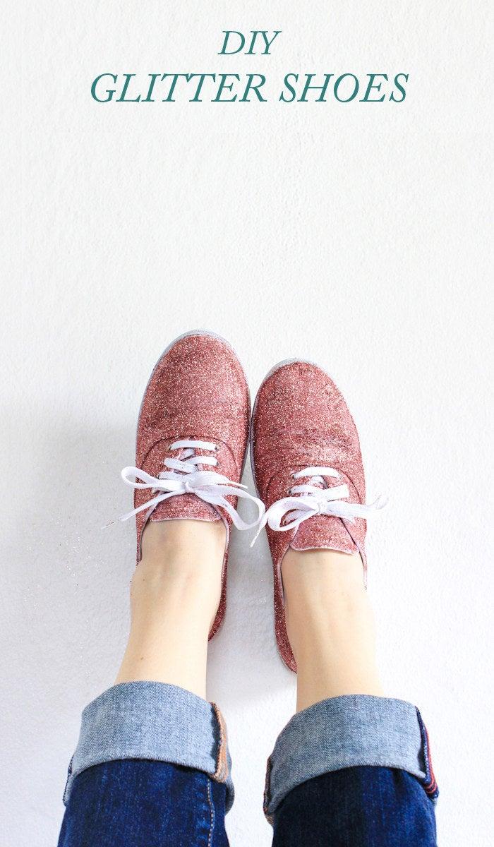 Use glitter rojo para hacer una versión más casual de las famosas zapatillas de rubí de Dorothy Gale. Completo tutorial en The Crafted Life.