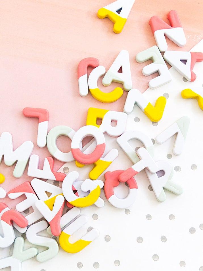 Los imanes del alfabeto son divertidos tanto si eres un niño como un adulto. Completo tutorial en Sarah Hearts.