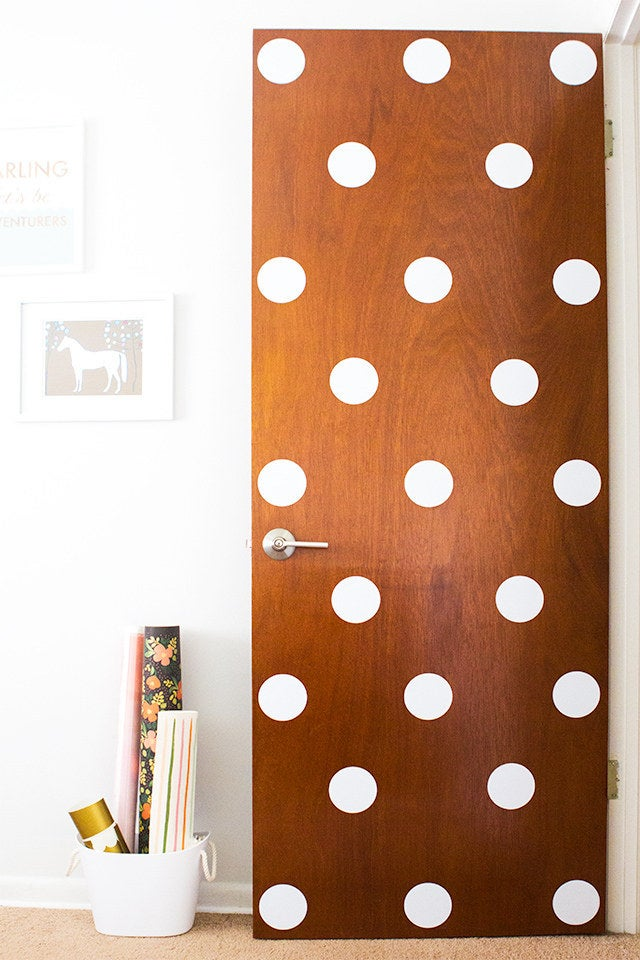 Los lunares hacen * todo * mejor. Comience con una puerta, luego avance a sus paredes, sus muebles, su automóvil ... Tutorial completo en Sarah Hearts.