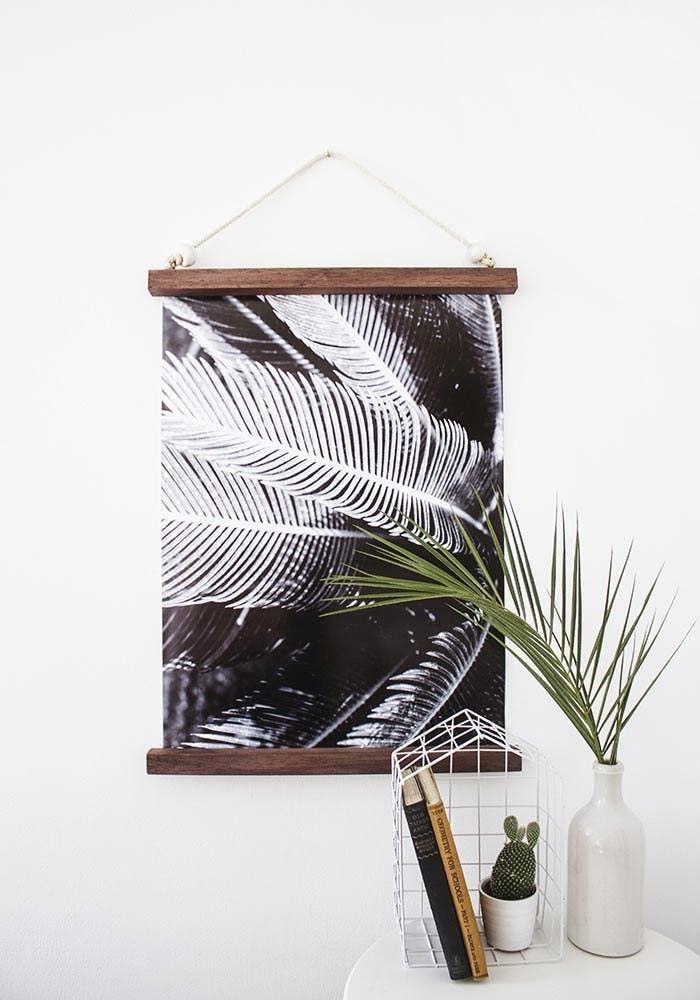 Puedes hacer una impresión de tamaño 18'' x 24'' de cualquier foto que te guste por $14 aproximadamente en Staples. Luego, sigue estas instrucciones para hacer el marco.