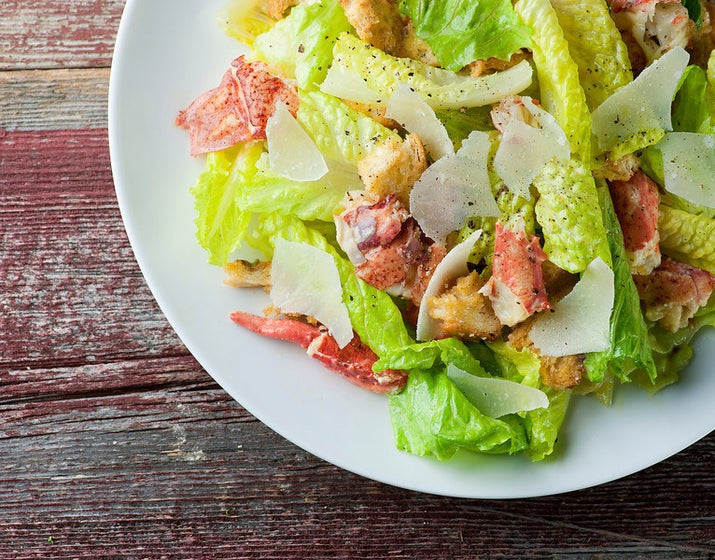 Añade un poco de emoción a una vieja y aburrida ensalada césar con trozos de langosta. Obtén la receta .