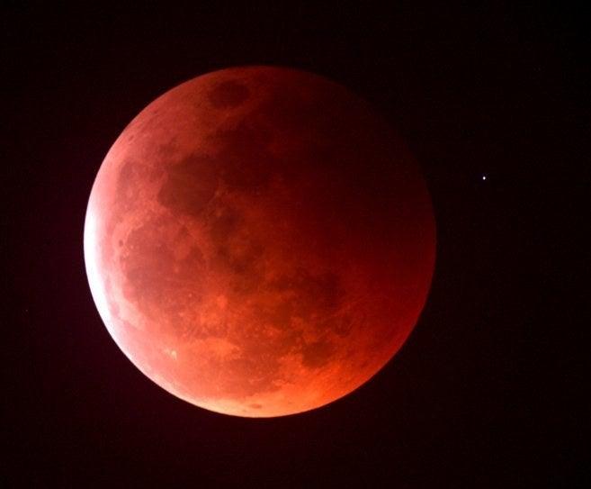 Porque, según estos señores, el Sol sólo ilumina a la luna a través de los bordes poco densos de su satélite... y el satélite es rojo.¡Es como discutir con niños, carajo! (╯°□°)╯︵ ┻━┻