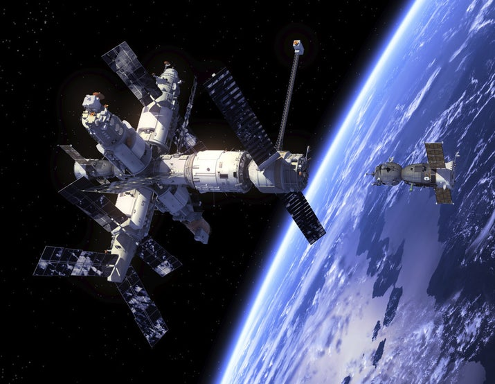 De acuerdo con La Sociedad, poder y dinero.De esto no tienen pruebas ni diagramas, ni nada, sólo una teoría de la conspiración que cambia de motivos a cada párrafo, desde poder económico y social hasta estrategia militar. El punto es que, según ellos, los alunizajes, la exploración espacial, el Hubble, el Voyager, la Estación Espacial Internacional y los satélites que usan para subir sus teorías a Internet (todos logros de la ciencia, pues), son falsos.