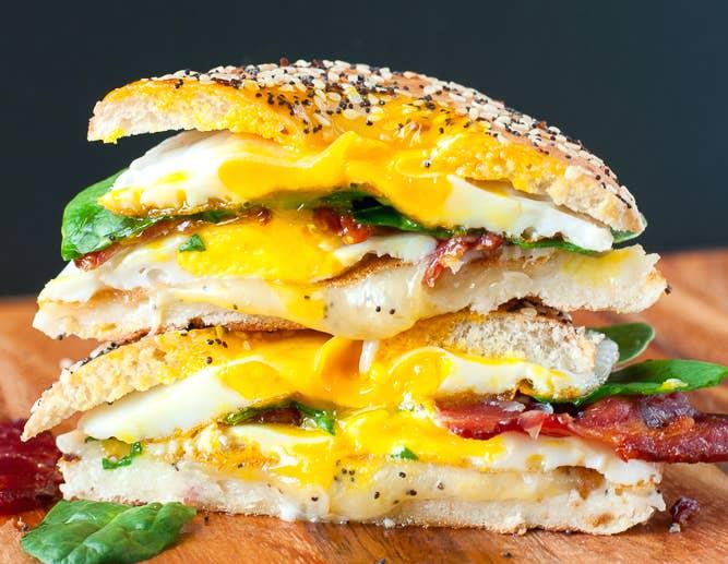 Sandwich de queso derretido a la parrilla de desayuno