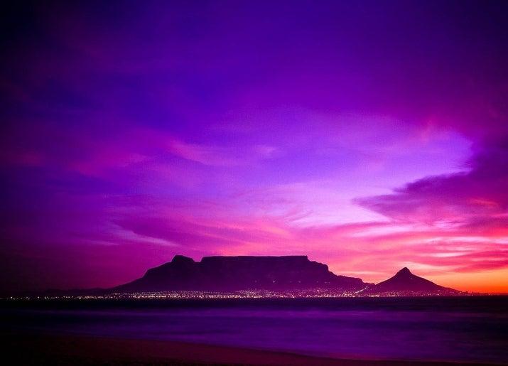 Nước này quét các giải thưởng du lịch quốc tế và có du khách khơi gợi về vẻ đẹp của mình đến nỗi nó có chuyến du lịch lặp lại cao nhất của bất kỳ điểm đến du lịch dài nào trên thế giới!  Xem xét những người điên cuồng về nơi này, không có gì đáng ngạc nhiên khi Nam Phi chiếm vị trí hàng đầu trong lĩnh vực làm đẹp. Không chỉ đất nước này có vẻ đẹp tự nhiên ngoạn mục mà còn là một đô thị tuyệt vời.  Thị trấn Franschhoek được đặt tên trong số 5 thành phố đẹp nhất trên thế giới, và thành phố Cape Town thường xuyên không phải là thành phố xinh đẹp nhất trên thế giới bởi danh sách du lịch và khách du lịch vì cả cảnh quan thiên nhiên tuyệt vời và tuyệt đẹp kiến trúc.Thiết bị này nằm trên một bờ biển được ca ngợi là đẹp nhất trên trái đất.  Trong thực tế, đất nước này có ba quốc gia trên thế giới,  s 10 dải ven biển đẹp nhất bao gồm Clarens Drive và Chapman's Peak.  Đây là số một và số hai ổ đĩa ven biển đẹp nhất.  Nam Phi cũng có một loạt đáng kinh ngạc của sinh vật biển, với gần gấp đôi số lượng các loài sinh vật biển như toàn bộ Địa Trung Hải trong một đường bờ biển dài chỉ có 2000 dặm.  Đây là nơi tốt nhất trên thế giới để xem cá voi từ bờ, và bơi với cá mập trắng tuyệt vời.  Di cư lớn nhất thế giới của cuộc sống đại dương xảy ra ở đây và là một trong hai di cư lớn nhất của bất kỳ loại nào trên trái đất. Với một số công viên quốc gia tốt nhất trên thế giới, bao gồm Kgalagadi, Isimangaliso, Hluhlue Imfolozi và Tsitsikamma, Nam Phi đã được đánh giá địa điểm thú rừng tuyệt vời nhất trên trái đất và là vùng đa dạng sinh học nhất của Châu Phi.  Cái đó'  nhiều nơi mà nó vượt xa các nước khác về vẻ đẹp.  Có gì tốt hơn là hoàng hôn tuyệt vời?  Một hoàng hôn tuyệt vời với con hươu cao cổ hoặc voi ở phía trước!  VQG Greater Kruger và Công viên Limpopo Transfrontier có nhiều loài động vật có vú lớn hơn bất cứ nơi nào khác trên thế giới.  Xung quanh Cape Town là vương quốc thực vật dày đặc nhất thế giới theo số lượng loài.  Hoa King Protea là một nở hoa tuyệt vời kích thước của một