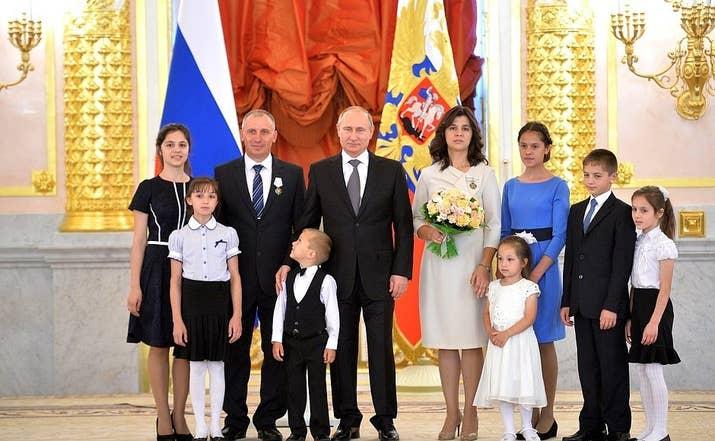 Αποτέλεσμα εικόνας για PUTIN AND FAMILIES WITH MANY CHILDREN
