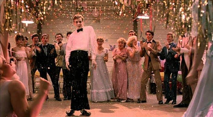 """O pacote """"prom night"""" tem que incluir:- as tramas relacionadas a quem vai convidar quem uma semana antes ✅- seu par indo buscar você em casa ✅- flores combinando na lapela dele e no seu punho (por que raios eles fazem isso?!) ✅"""