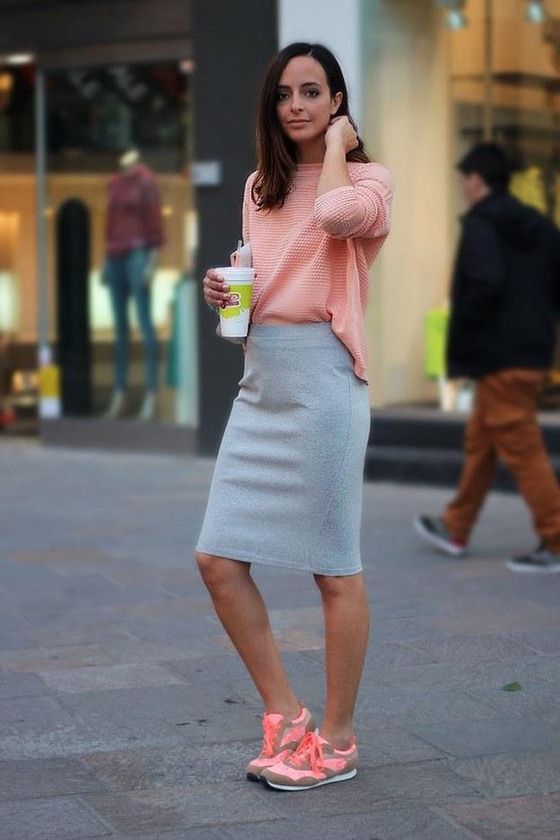 A princípio, a ideia era contrapor o tênis com roupas mais arrumadas, como peças de alfaiataria, vestidos românticos e saias lápis.