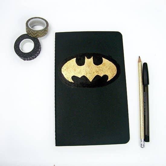 Usa un color diferente de cuaderno y plumón si el negro y dorado no son de su agrado. Aquí está el tutorial.
