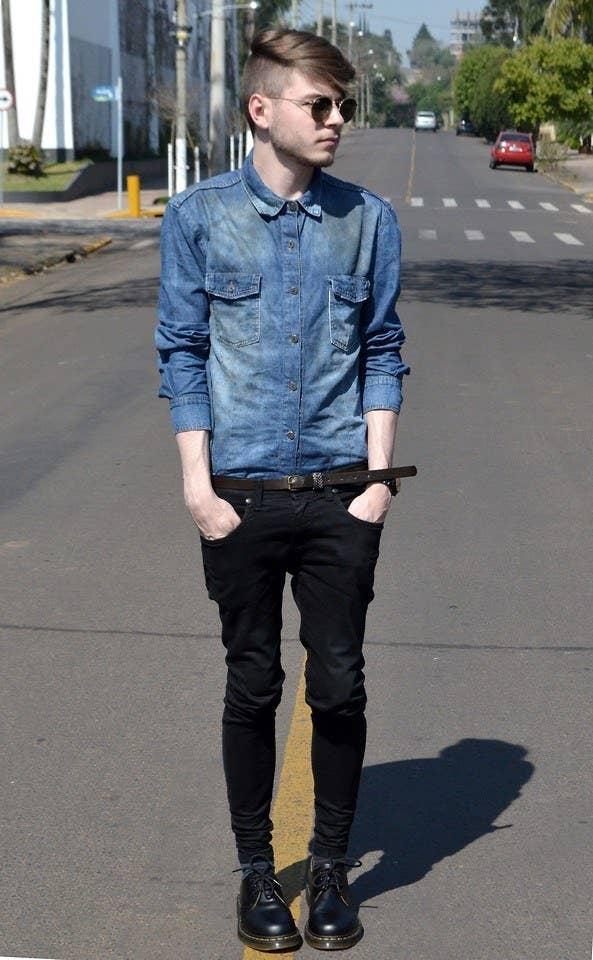 739071f64 Anote este look: camisa jeans, cinto com cor sutilmente diferente, calça  ajustada, sapatos estilosos.
