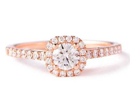 83b594982b82 Este brillante anillo de oro rosa con reborde incrustado de diamantes