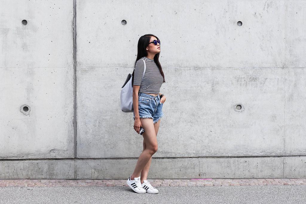 mujer puede vivir solo con un par de Adidas