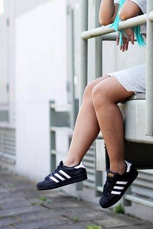 vitalidad por qué Por cierto  24 Pruebas de que una mujer puede vivir solo con un par de Adidas