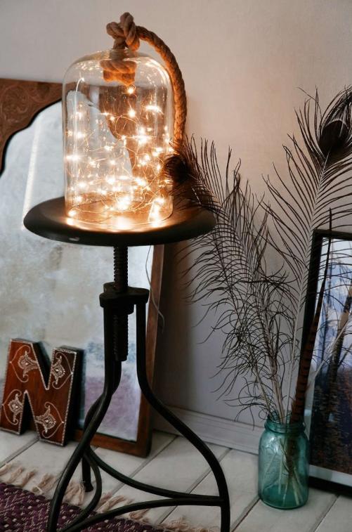Pon un cable alimentado por baterías en un frasco de vidrio para una artística luz de bricolaje.