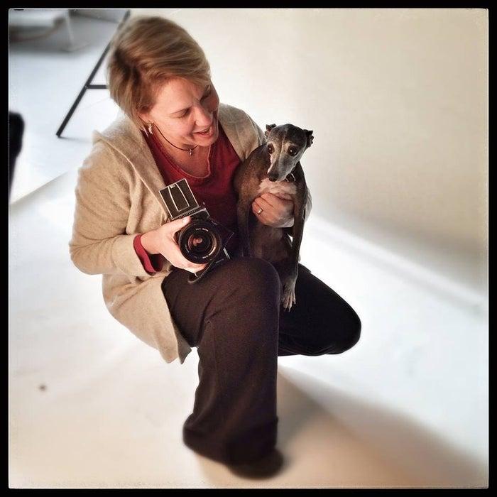 """Ela disse ao BuzzFeed que, quando viu seu próprio cachorro no estúdio, ela teve uma ideia.""""Minha própria dachshund, Lily, era uma modelo frequente no meu estúdio. Quando eu comparei as imagens no decorrer de sua vida, fiquei comovida. Vi uma oportunidade de compartilhar histórias semelhantes através de fotografias."""""""