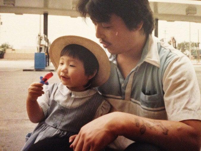 """""""Ich erinnere mich gut an diesen Tag"""", schrieb Kim auf ihrem Blog über dieses 25 Jahre alte Foto von ihr und ihrem Vater. """"Er hat mich immer mit einem roten Kirsch-Schnuller begrüßt. In den ersten 5 Jahren meines Lebens ging es immer nur darum."""""""