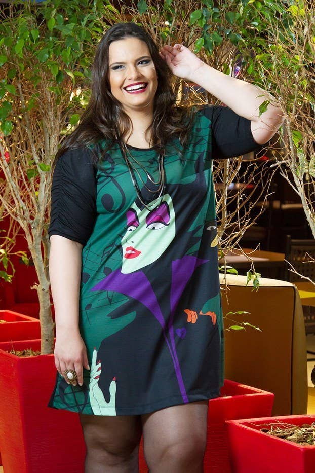 A marca de Porto Alegre tem estampas coloridas e cheias de referências pop.  Vestidos e dac1a0a565715