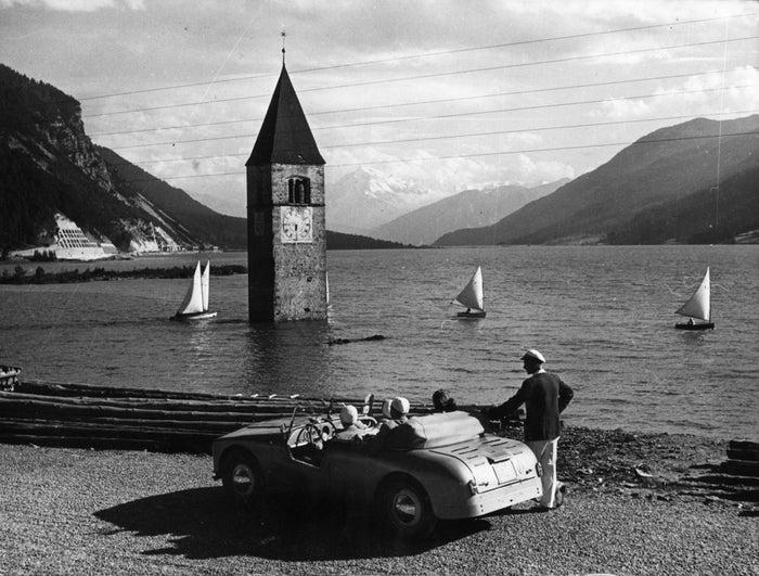 El lago Resia, en el sur de Tirol, que cubre el pueblo sumergido de Graun, el 13 de agosto de 1953.