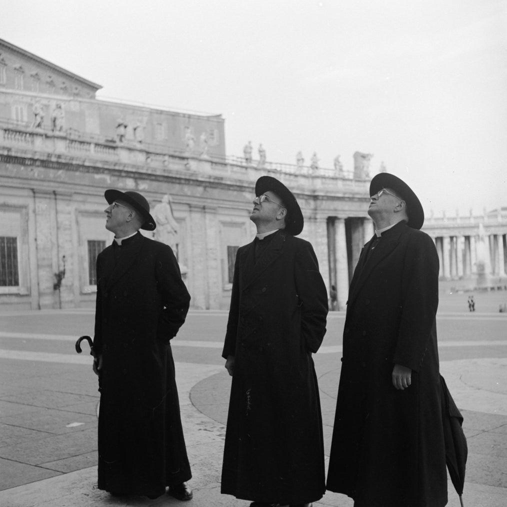 Trois prêtres durant une visite du Vatican. Vers 1955.