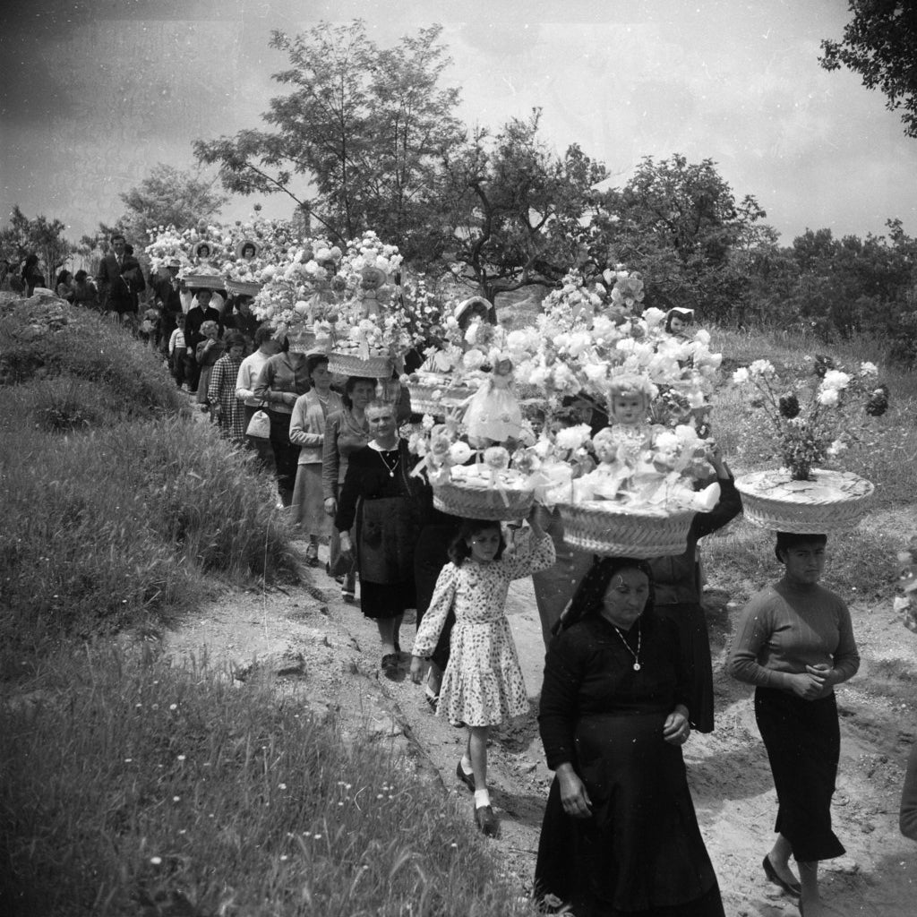 Des italiens célèbrent une fête de printemps dans le village de Bucchianico, près de Chieti dans les Abruzzes. Mai 1957.