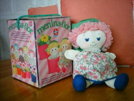 A Menina Flor, que era 3 em 1: boneca, fantoche AND vaso de flor!