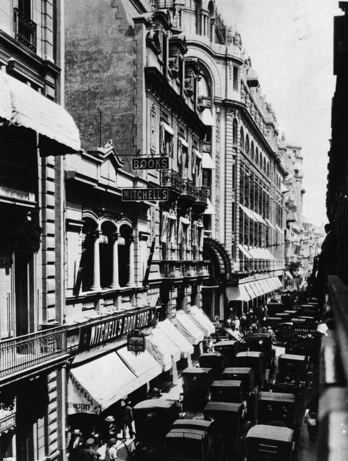 Pero miren que lindos esos autitos en 1928.