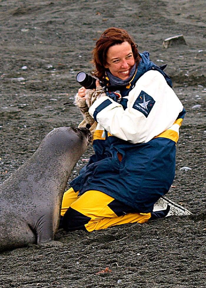 """""""Quando este bebê foca se aproximou de mim, meu medo inicial foi embora muito rápido quando o guia disse que estava tudo bem. A foca, então, se esfregou suavemente em mim como se fosse um gato querendo atenção. Foi um encontro incrível, eu queria que nunca terminasse."""""""