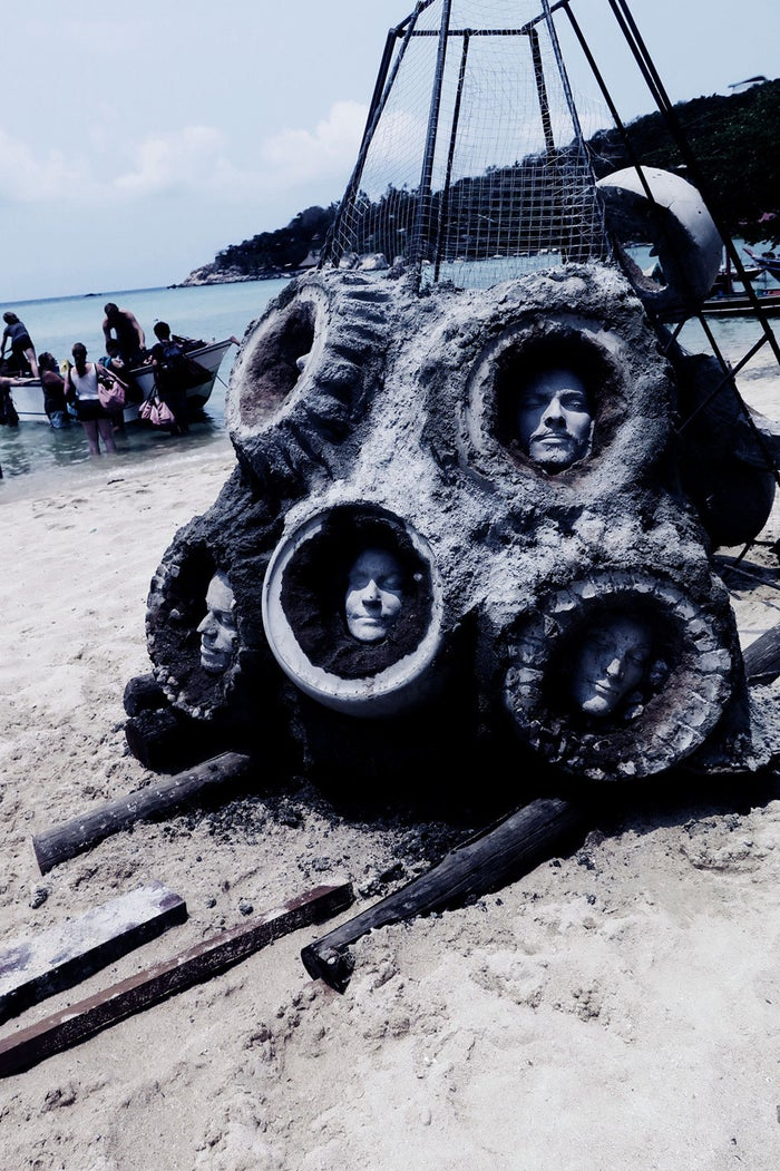 The location of the sculptures is in an area of the bay that had been devastated earlier in the year by a sunken fishing boat. The accident destroyed over 590 square metres of the reef.