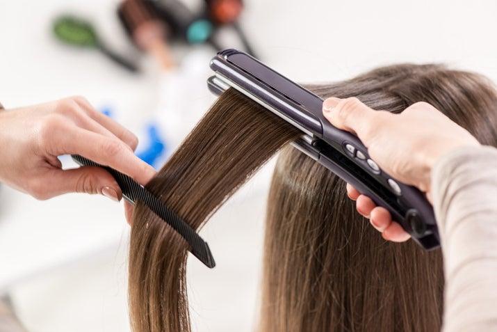 Además de desenredar tu pelo y poder plancharlo más fácil, evitará la caída masiva de cabello al no forzarlo de más.