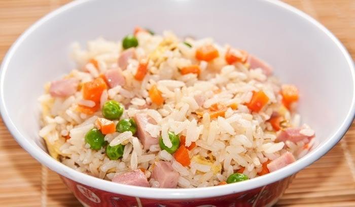 Así de fácil y delicioso, el arroz tres delicias tiene un inigualable sabor asiático que enamorará a tu paladar. Solo necesitarás jamón cocido picadito, huevos fritos estilo tortilla, y cubos de zanahoria. Los guisantes que se ven en la foto son enteramente opcionales. Los pasos están aquí.