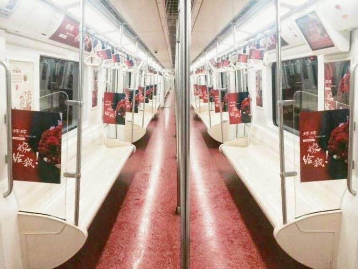 Wie jede andere U-Bahn ist sie meist mit Werbung von Firmen beklebt –und nicht mit diesen besonderen Nachrichten.
