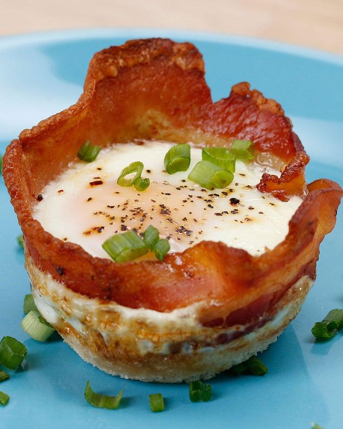 6個分材料:食パン 3枚チェダーチーズ 大さじ3焼いたベーコン 6枚卵 6個塩コショウ 少々青ねぎ 少々作り方1. 瓶やクッキー型などを使い、食パンを丸くくり抜き、マフィン型に入れる。2.ベーコンを型に沿って入れ、中央にチェダーチーズを入れ、卵を割り入れて、塩コショウを振る。3.200℃のオーブンで15分焼いて、青ねぎを散らしたら、完成!