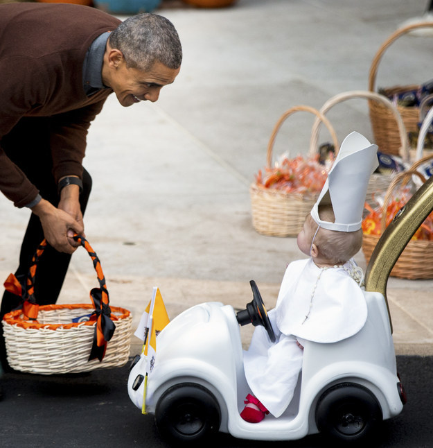 This Halloween, President Obama totally lost it when he met this little kid dressed up as the pope at the White House.