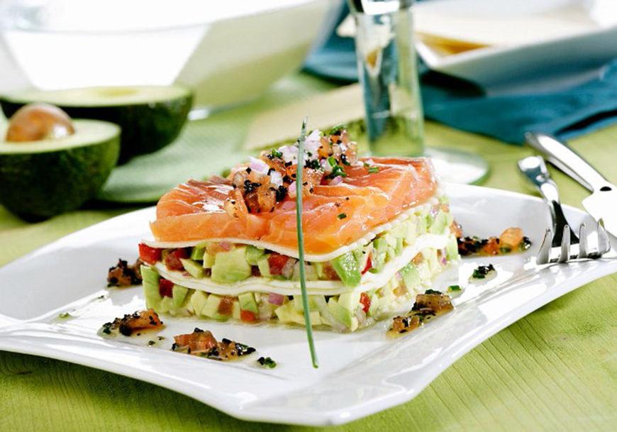 Una lasaña de salmón y aguacate que puedes preparar en 10 minutos.
