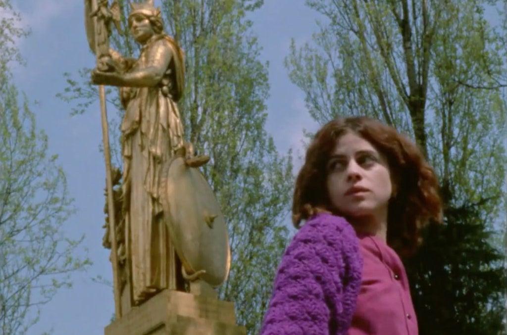 Hermine Karagheuz as Marie.