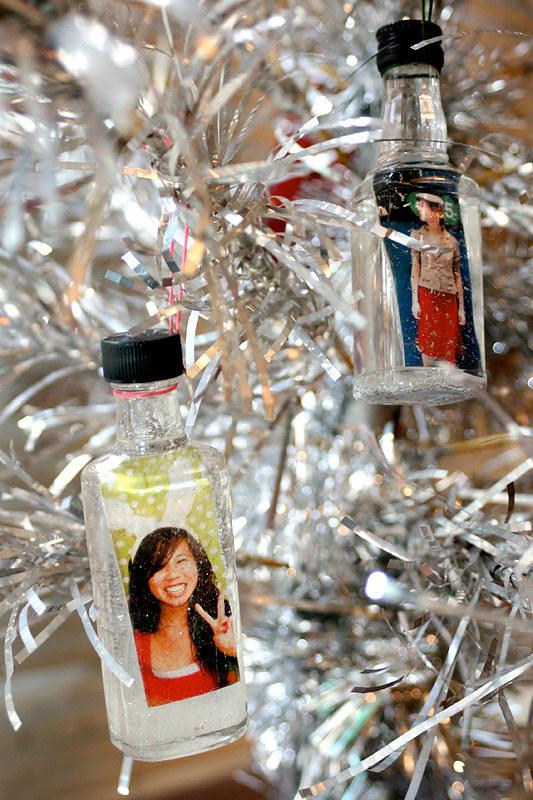 Новогодняя елка украшенная мини бутылочками с виски фото
