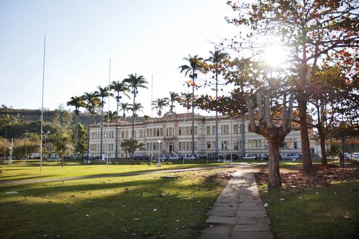 Com tradição na área de ciência agrárias, a origem da faculdade mineira é de 1922, quando nasceu como Escola Superior de Agricultura e Veterinária.