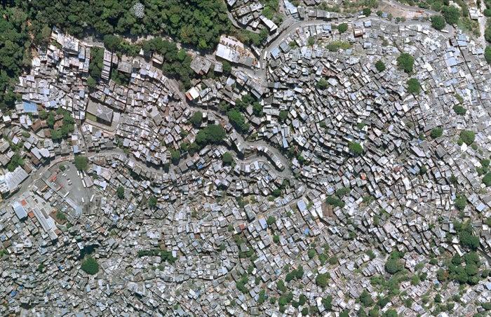 Uma das maiores favelas do mundo, a Rocinha tem hoje cerca de 100 mil habitantes e cresceu sem planejamento.