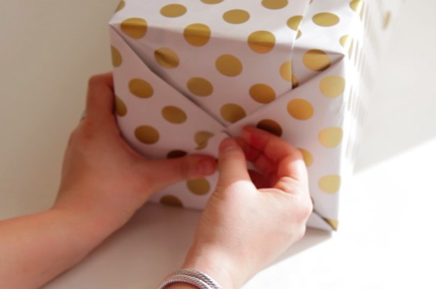 Voici comment emballer parfaitement vos cadeaux de no l - Comment emballer un cadeau rond ...