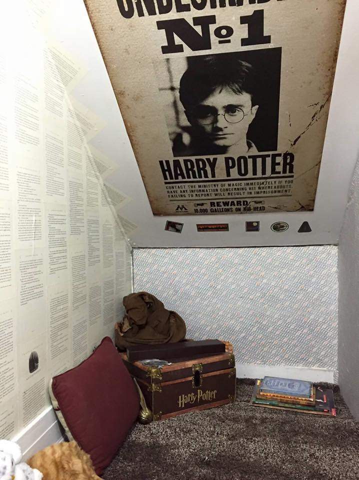 "This Librarian Decorated The Cupboard Under Her Stairs To Look Like ""Harry Potter"""