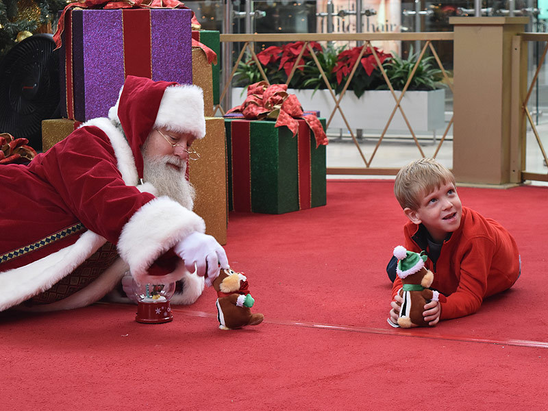 A Mall Santa Did Everything He Could To Make An Autistic Child Feel Comfortable