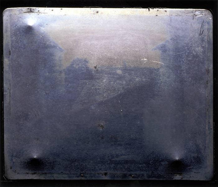 Aunque ya había otros que habían experimentado con la captura de imágenes, la primera fotografía permanente fue hecha por Joseph Nicéphore Niépce en 1826. La primera que conservamos es 'Vista desde la ventana en Le Gras' y fue tomada desde la ventana de su finca en Saint-Loup-de-Varennes, Francia.