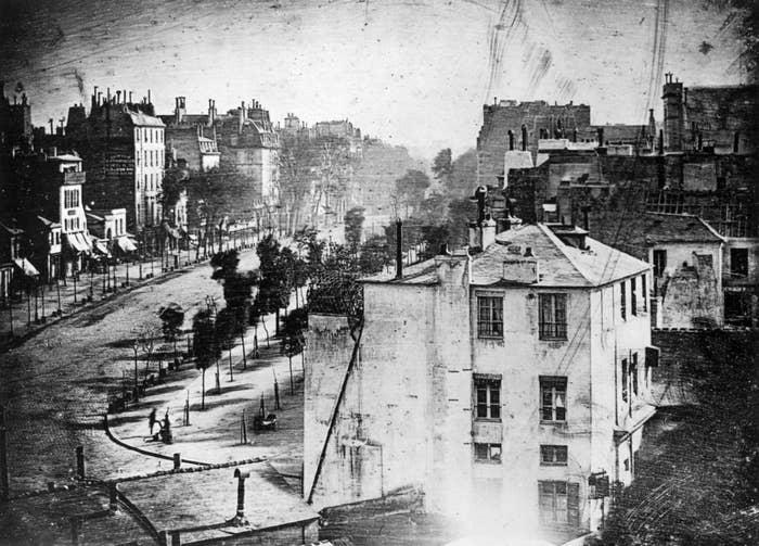 Las fotografías hechas en 1838 requerían un gran tiempo de exposición, lo que significa que todo lo que se moviese no saldría en la imagen. Por suerte para Louis Daguerre, había un limpiabotas en la esquina inferior izquierda de su foto que se quedó quieto el tiempo suficiente como para ser capturado.